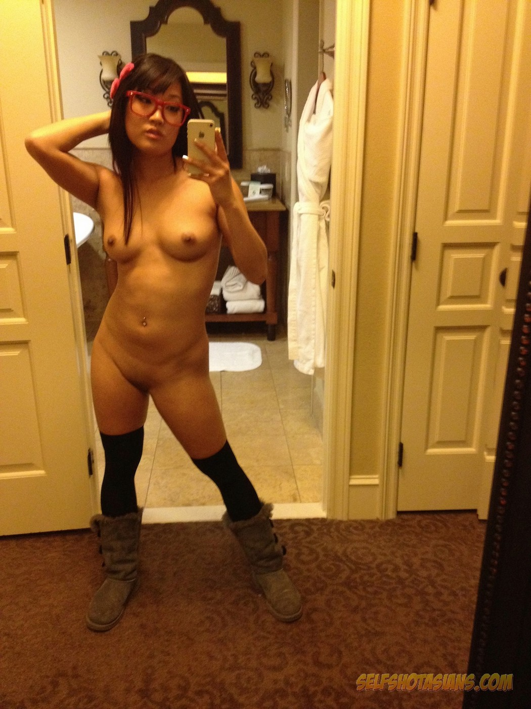 Super cute Korean girl does some nude selfies